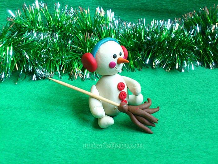 Снеговик с наушниками из пластилина