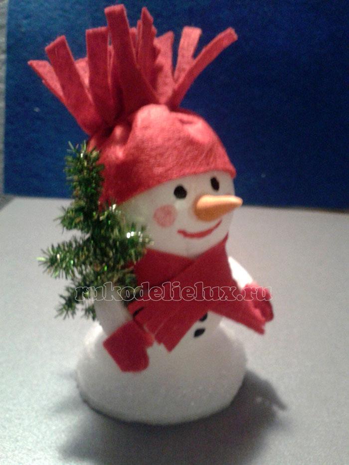 Снеговик из пенопластовых шаров своими руками