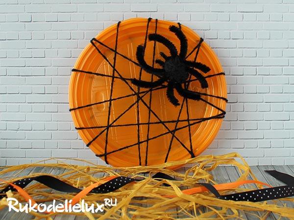 Украшение интерьера на Хэллоуин с пауком