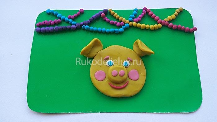 Новогодняя открытка с желтой свинкой из пластилина