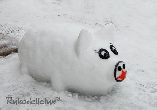 Свинья из снега