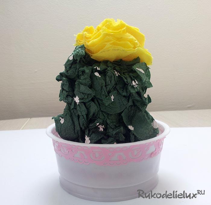 Цветущий кактус из салфеток