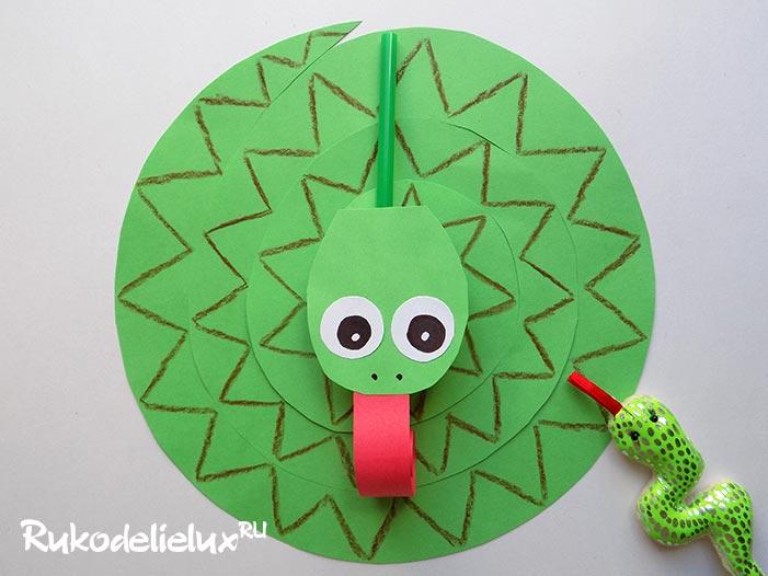 Змея-игрушка, сделанная из бумаги