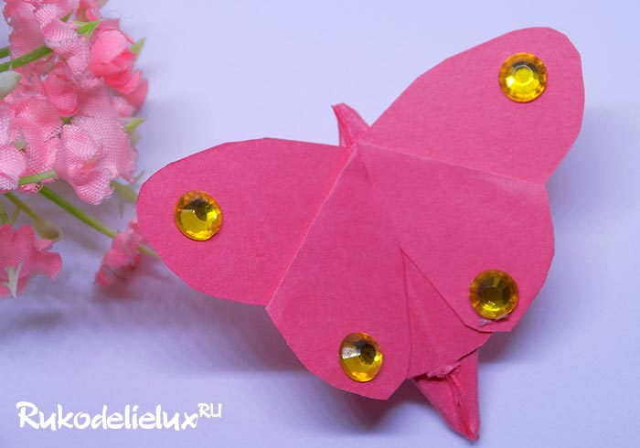 Бабочка порхающая из бумаги