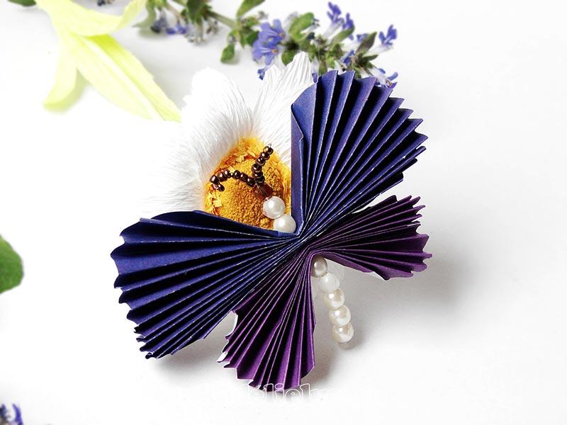 Бабочка из цветной бумаги и бусин
