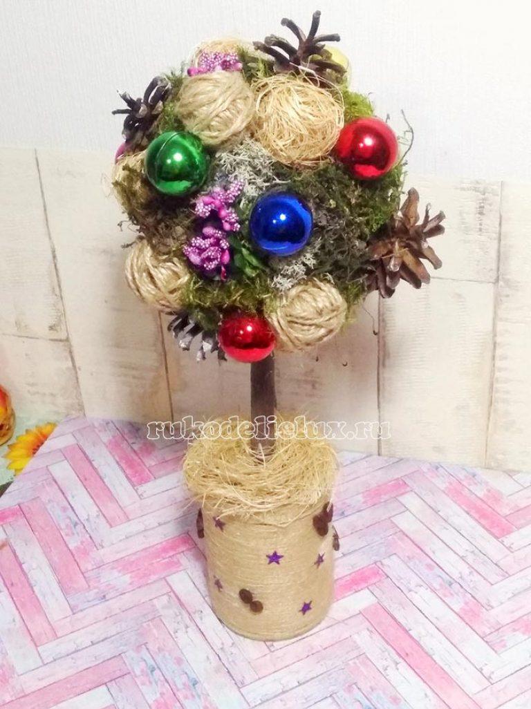Новогодний топиарий из шишек и ёлочных игрушек