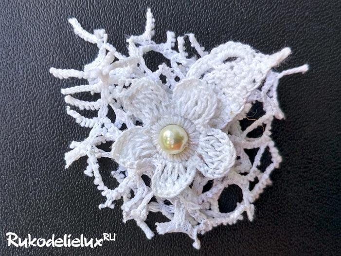 Белый кружевной цветок крючком