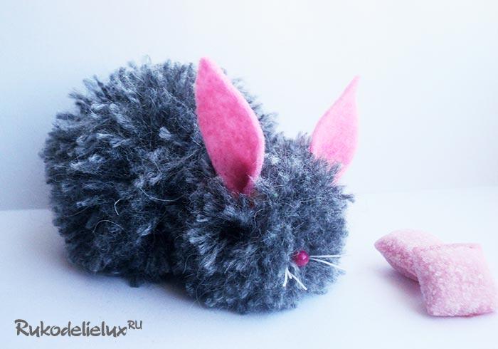 Кролик из помпонов