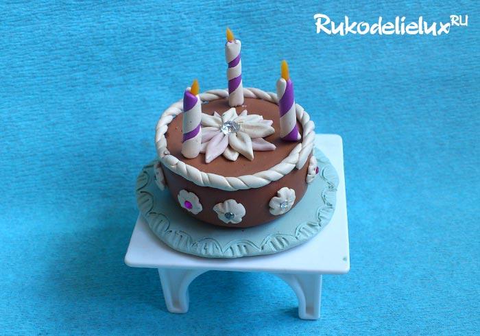Шоколадный торт со свечами из пластилина
