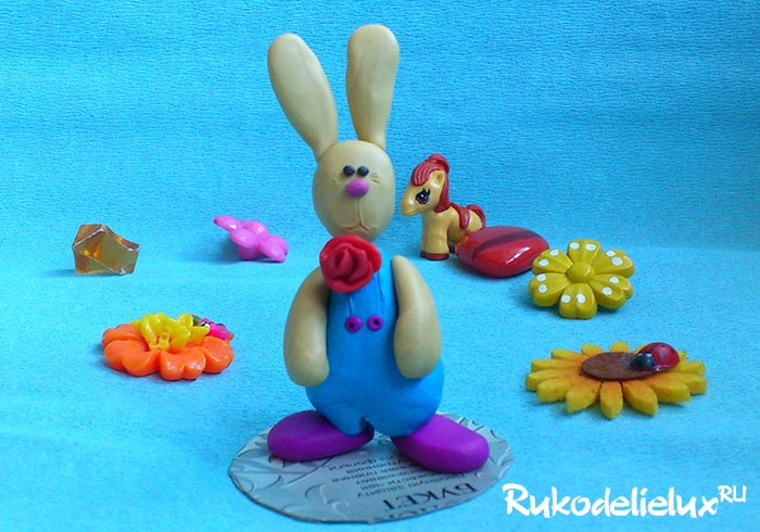 Заяц в комбинезоне из пластилина