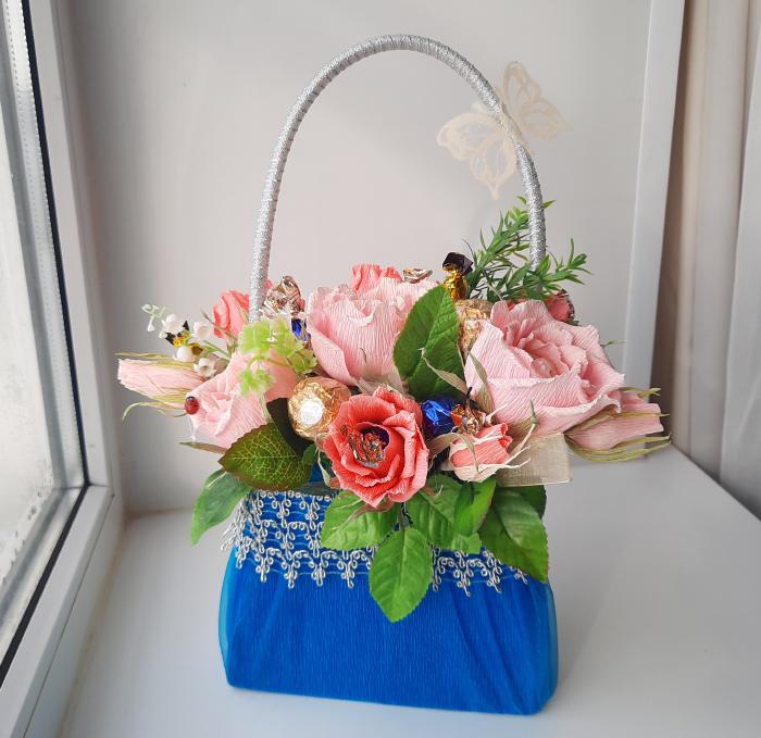 Подарок на 8 марта - сумочка с цветами из конфет