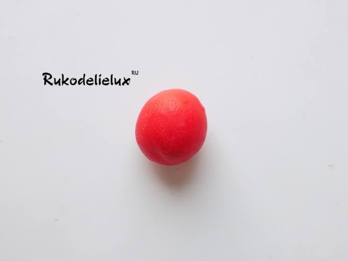 ягодка вишня для пирожного из красного пластилина