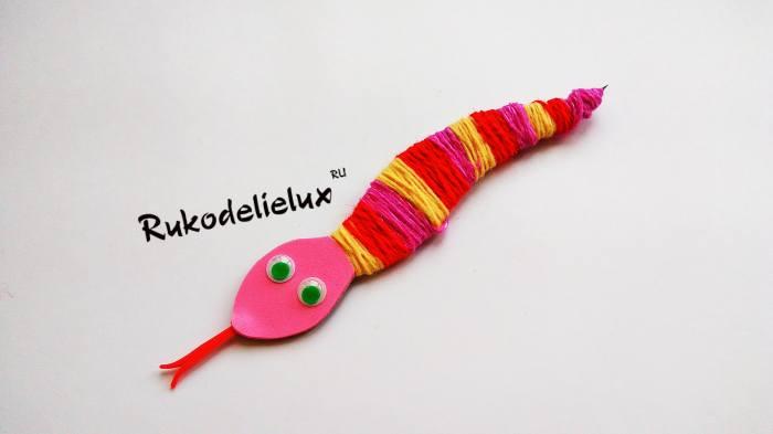 разные цвета нити для красивой поделки змейки