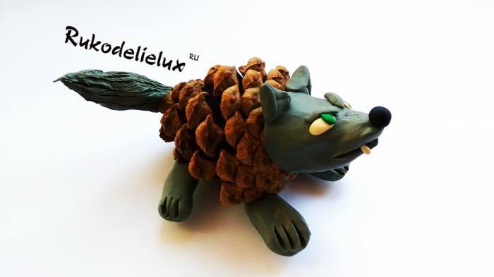 готовая поделка волк из шишки и пластилина