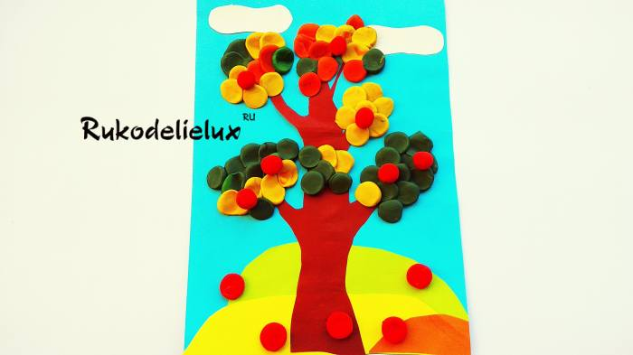 плодовые яблоки на дереве и под ним