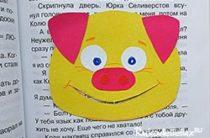 Закладка желтая свинка из бумаги